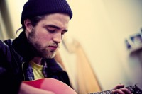 1024x683xrobert-pattinson-singing-guitar-23908-0.jpg.pagespeed.ic.rMb8QTFhY7